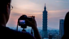 Mężczyzna bierze obrazek Taipei 101 podczas złotej godziny fotografia stock