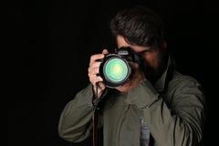 Mężczyzna bierze obrazek z bliska Czarny tło Zdjęcia Royalty Free