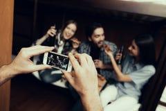 Mężczyzna bierze obrazki przyjaciele w schronisku obrazy royalty free