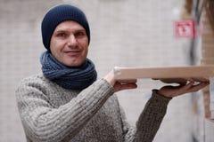 Mężczyzna bierze rzecz w sklepie Obraz Royalty Free
