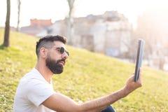 Mężczyzna Bierze Selfie Outdoors obraz royalty free