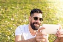 Mężczyzna Bierze Selfie Outdoors zdjęcia royalty free