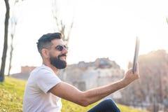 Mężczyzna Bierze Selfie Outdoors zdjęcie stock