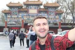 Mężczyzna bierze selfie w Pekin fotografia royalty free