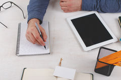 Mężczyzna biznesmen pisze w notatniku Zdjęcia Royalty Free