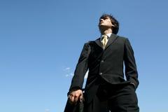 mężczyzna biznesowy przyglądający niebo Zdjęcia Royalty Free