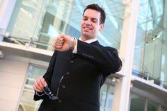 mężczyzna biznesowy sprawdzać zegarek fotografia stock