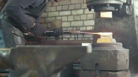 Mężczyzna blacksmith fałszuje metal przy machinalnym młotem zbiory wideo