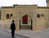 Mężczyzna blisko drzwi meczet, Baku, Azerbejdżan obraz stock