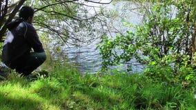 Mężczyzna blisko jeziora zbiory wideo
