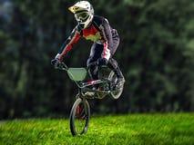 Mężczyzna bmx jeździecki rower wykonuje sztuczkę Obraz Stock