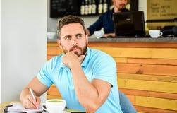 Mężczyzna brodata marzycielska twarz potrzebuje inspirację Kofeina robi ciebie energiczny Poważny facet cieszy się kofeina napoju fotografia stock