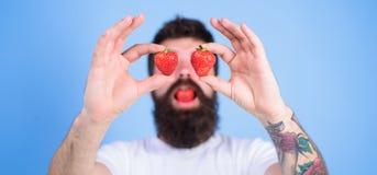 Mężczyzna brodata szczęśliwa miłość cieszy się soczystej czerwonej dojrzałej truskawki słodki pokusy Jagoda cukierki szczęście Mo Obrazy Stock