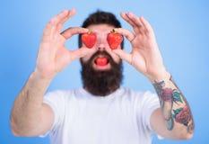 Mężczyzna brodata szczęśliwa miłość cieszy się soczystej czerwonej dojrzałej truskawki słodki pokusy Modniś z brodą je truskawki  Obraz Stock