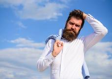 Mężczyzna brodatego modnisia biały formalny odziewa spojrzenia nieba ostrego tło Galanteryjny fornal Modnego stroju elegancki poj obraz stock