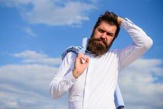 Mężczyzna brodatego modnisia biały formalny odziewa spojrzenia nieba ostrego tło Galanteryjny fornal Modniś z brody i wąsy spojrz obrazy royalty free