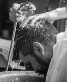 Mężczyzna brodaty klient modnisia zakład fryzjerski Fryzjer męski ręki myje włosy brodaty modniś Zakładu fryzjerskiego pojęcie 30 obraz stock