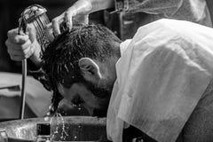Mężczyzna brodaty klient modnisia zakład fryzjerski Zakładu fryzjerskiego pojęcie Fryzjer męski ręki myje włosy brodaty modniś 30 obraz royalty free