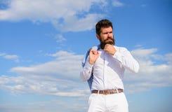 Mężczyzna brodaty modniś formalny odziewa spojrzenia nieba ostrego tło Dosięgający wierzchołek Facet cieszy się odgórnego osiągni fotografia stock