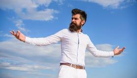 Mężczyzna brodaty modniś formalny odziewa spojrzenia nieba ostrego tło Dosięgający wierzchołek Władza i wolność Modniś z brodą i obraz royalty free