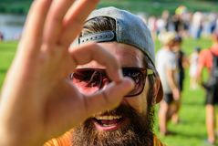 Mężczyzna brodaty przed tłumu brzeg rzeki tłem Jest pewny w twój wakacje Książkowy biletowy lato festiwal wewnątrz obrazy royalty free