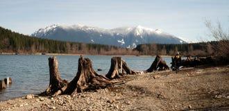Mężczyzna brzeg grzechotnika góry Si Psia Wycieczkuje Jeziorna góra Zdjęcia Stock