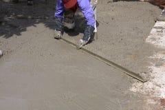 mężczyzna budowniczego pracownika gipsowanie przy ścianą Obrazy Royalty Free
