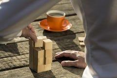 Mężczyzna buduje budowę od zabawkarskich bloków Fotografia Royalty Free