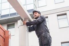Mężczyzna buduje dom zdjęcie royalty free