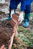 Mężczyzna buduje wystroju ogrodzenie Zdjęcie Stock