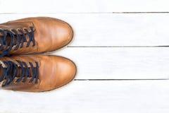 Mężczyzna butów moda na białym drewnianym tle Mieszkanie nieatutowy Zdjęcia Stock