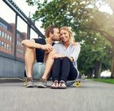 Mężczyzna całowania kobieta na jej policzku Fotografia Stock