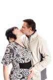 Mężczyzna całowania kobieta w ciąży zdjęcie stock