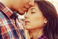 Mężczyzna całuje kobiety Zdjęcie Royalty Free