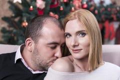 Mężczyzna całuje kobiety w ramieniu zdjęcie stock