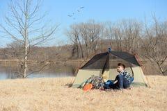 Mężczyzna camping Podczas słonecznego dnia Zdjęcia Stock