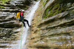 Mężczyzna canyoning w Pyrenees, Hiszpania Zdjęcia Stock