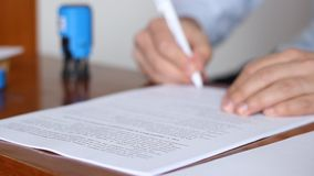 Mężczyzna cechowania i podpisywania dokumenty zbiory wideo