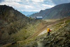 Mężczyzna chodzą na drodze Studlhutte schronienie Grossglockner Zdjęcia Stock