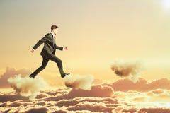 Mężczyzna chodzi na chmurach w nieba pojęciu Obraz Royalty Free