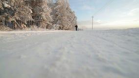 Mężczyzna chodzi na zimy śnieżnej drodze zbiory