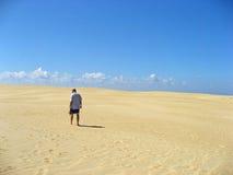 Mężczyzna chodzi samotnie w piasku Zdjęcie Royalty Free