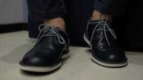 Mężczyzna chodzi tupiąc jego stopa w rzemiennych butach zdjęcie wideo