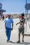 Mężczyzna chodzi w dół ulicę i gawędzi w Soweto obraz royalty free