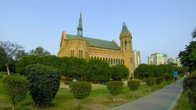 Mężczyzna chodzi w Frere Hall parku, Karachi zbiory