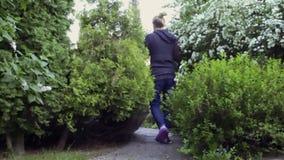 Mężczyzna chodzi w ogródzie zbiory wideo