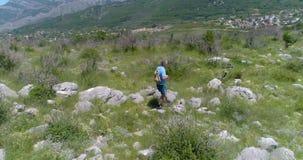 Mężczyzna chodzi wzdłuż halnego śladu z plecakiem zbiory