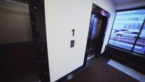 Mężczyzna chodzi wzdłuż sali podnosić otwarte drzwiego widok od kierowniczy krzywka zbiory wideo