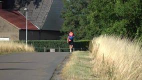 Mężczyzna chodzi wzdłuż wioski ścieżki zbiory