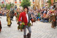 Mężczyzna chodzi z jastrzębiem na ręce podczas Landshut ślubu Zdjęcia Royalty Free